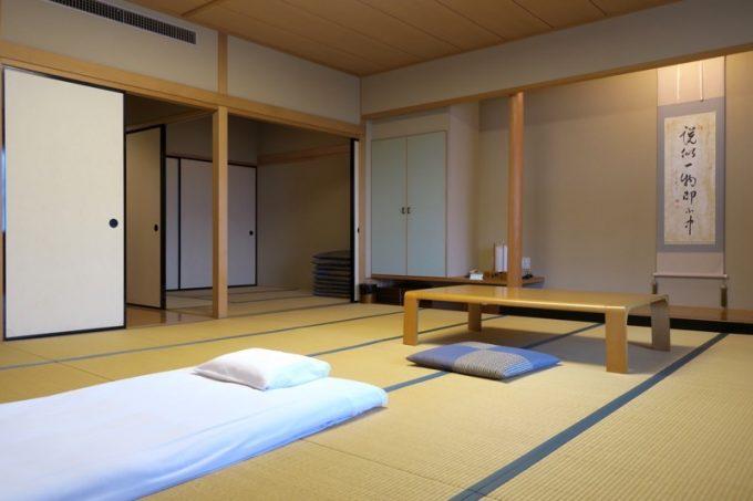 ひとりで宿泊するには、広すぎる客間。15畳+4.5畳の部屋だった。