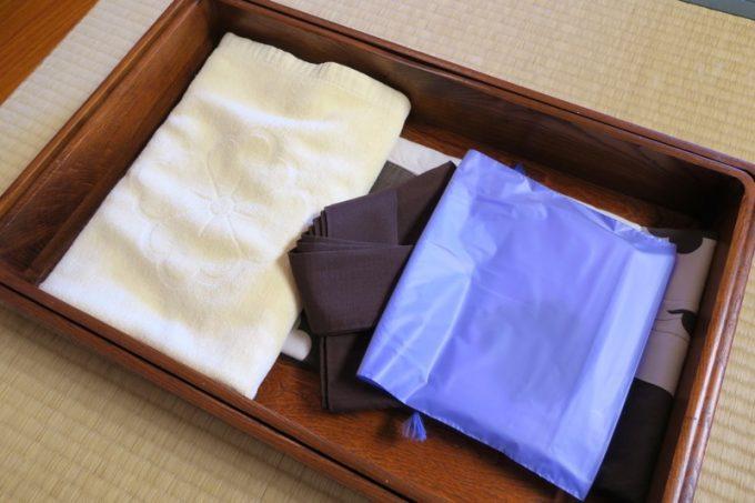 アメニティ類。浴衣とフェイスタオル、バスタオル、歯磨きセットがあった。
