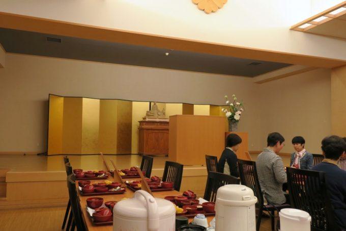 この日、宿坊に滞在している人たちが、午後18時に夕食に集まる。