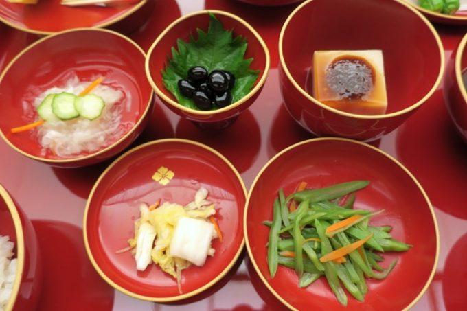 夕食のササゲ、漬物、豆腐、煮豆など。