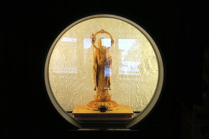 エントランス奥のロビーに、仏像が展示されている。