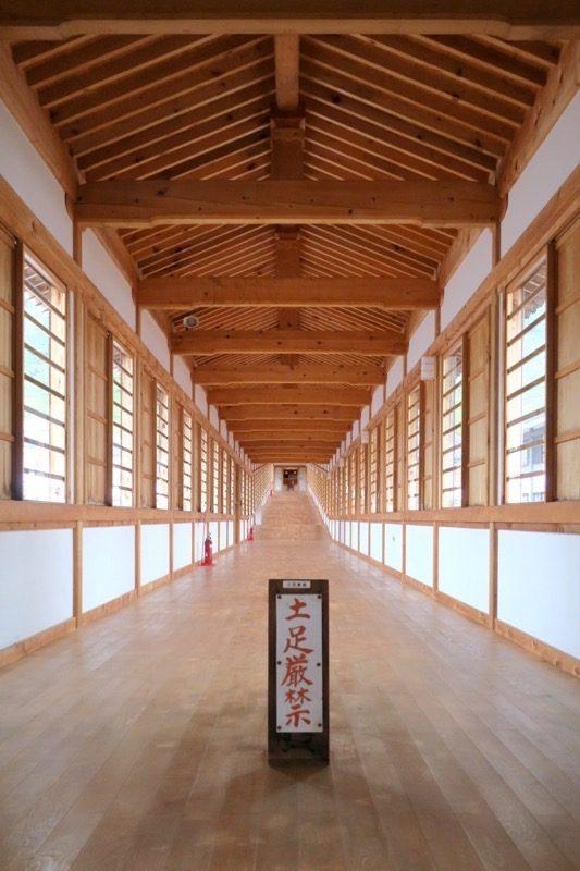 宿坊から地蔵殿へ続く長い廊下。