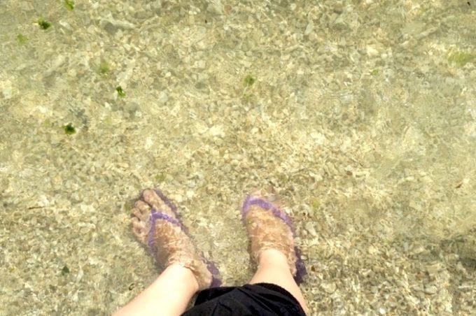 トリイビーチの波際の透明度。