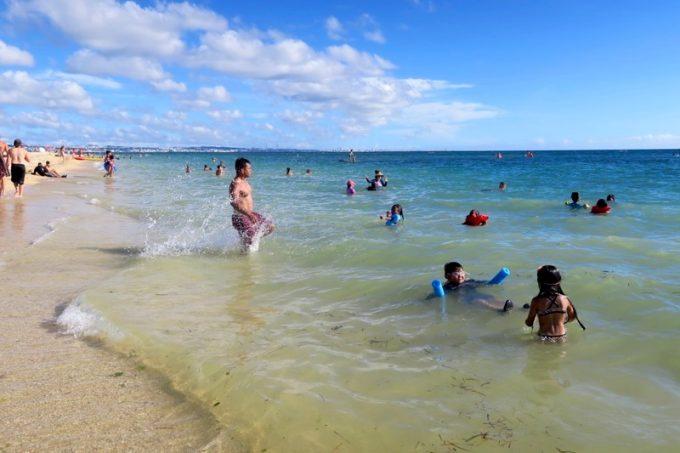 トリイビーチは砂地のため、浅瀬は砂が舞って濁りがあった。
