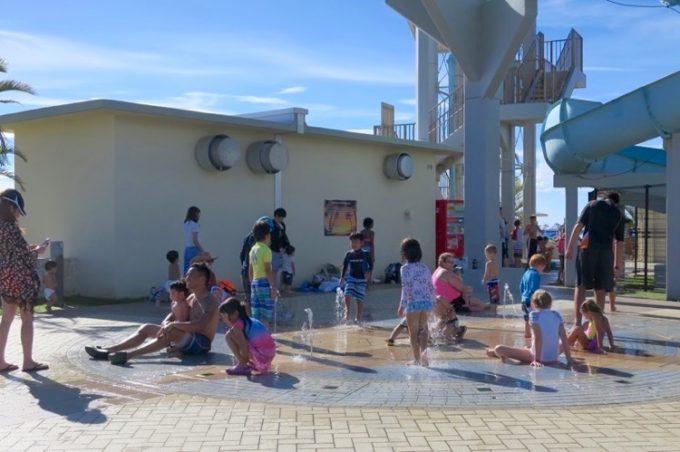 小さな子供達が遊べる噴水がある。