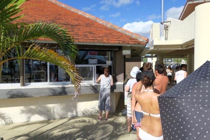 トリイビーチにあるレストラン「CJ'sサンセットグリル」でフードを買ってみた。
