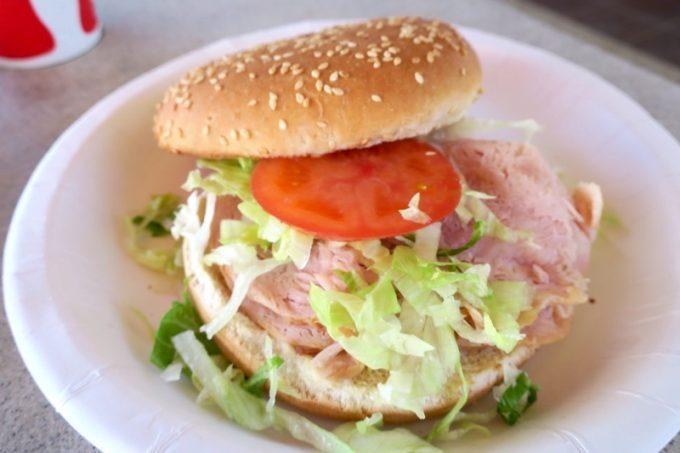 「CJ'sサンセットグリル」のスモークターキーサンドイッチ($5.95)