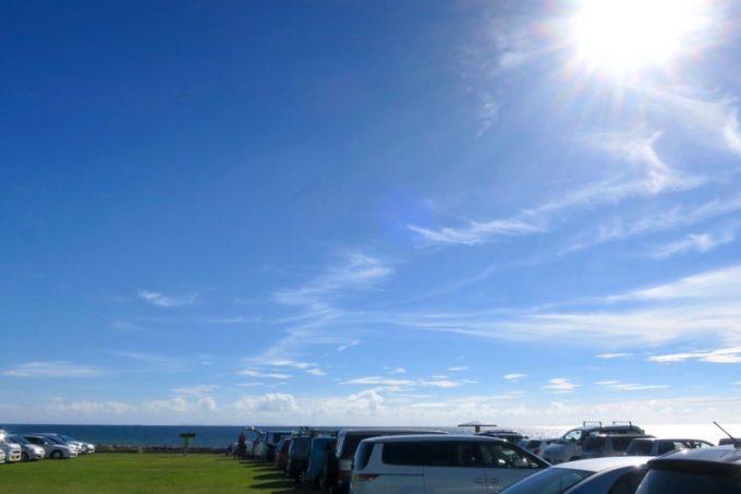 トリイビーチ付近の駐車場。空が広い。