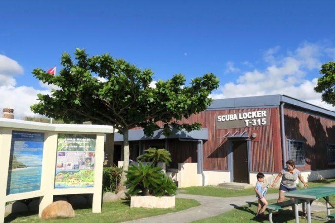 トリイビーチの売店とスキューバ専用ロッカー、更衣室などがある。