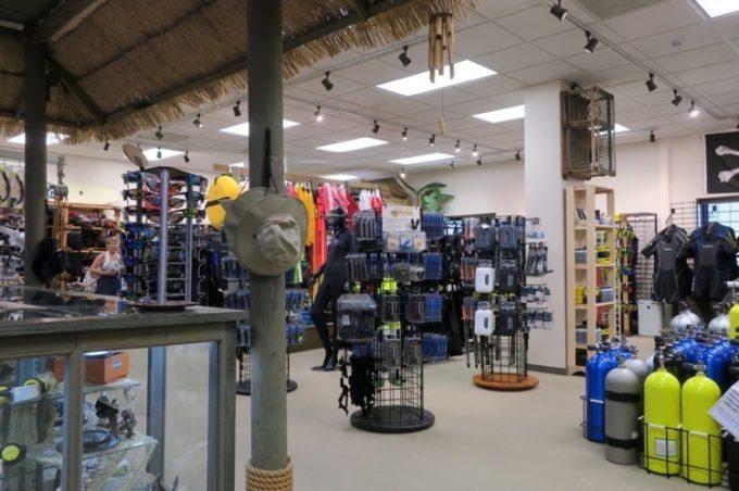 売店はスキューバダイビング用具やシュノーケル、日焼け止め、バスタオルなどが販売されていた。