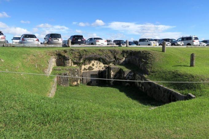 駐車場脇には、沖縄の亀甲墓があった。