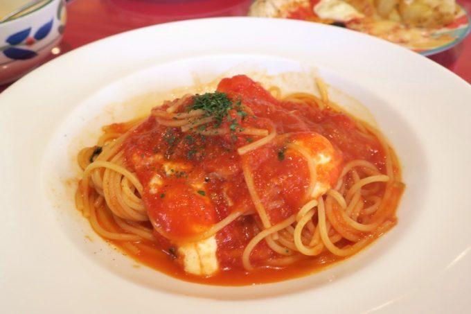 お好きなハーフパスタは、トマトとモッツァレラチーズを選んだ。