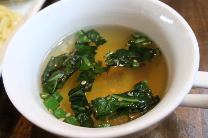 鰹と昆布出汁のスープ。具材はケールと青ネギ。