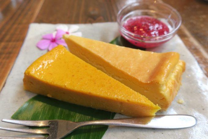 「カナンスローファーム」の季節のケーキ&チーズケーキ(ハーフ&ハーフ、400円)