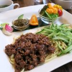 「カナンスローファーム」のジャージャー麺(1050円)