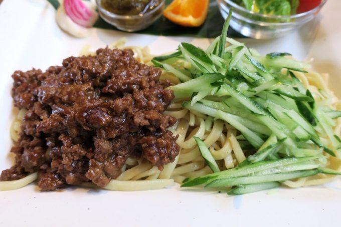 味噌炒めにしたカナンファームの豚肉をオン。