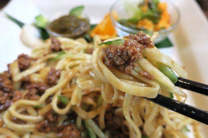 沖縄そばの麺を使用。キュウリのシャキシャキ感もよい。