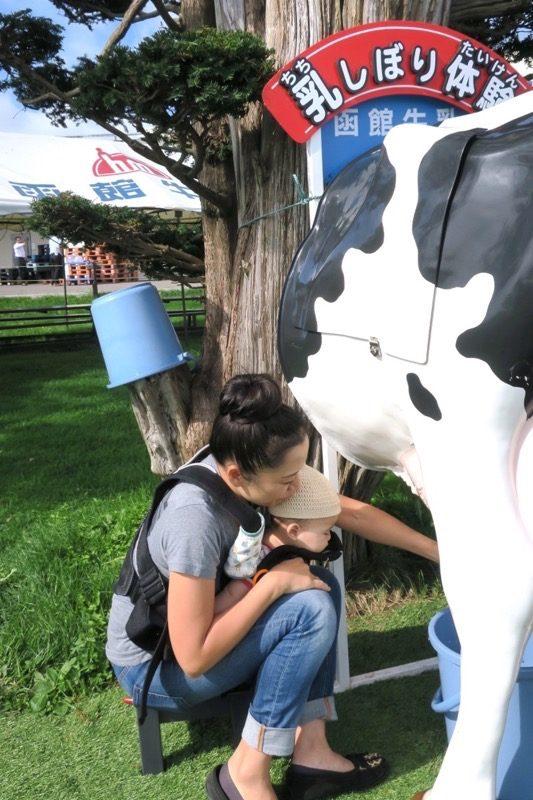 牛の下半身の模型は、乳搾り体験用だった。