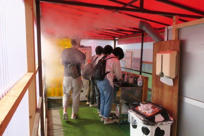 家畜防疫施設内部には電解水の殺菌ミストが散布されている。この小屋で手洗いをし、靴底の消毒も行う。