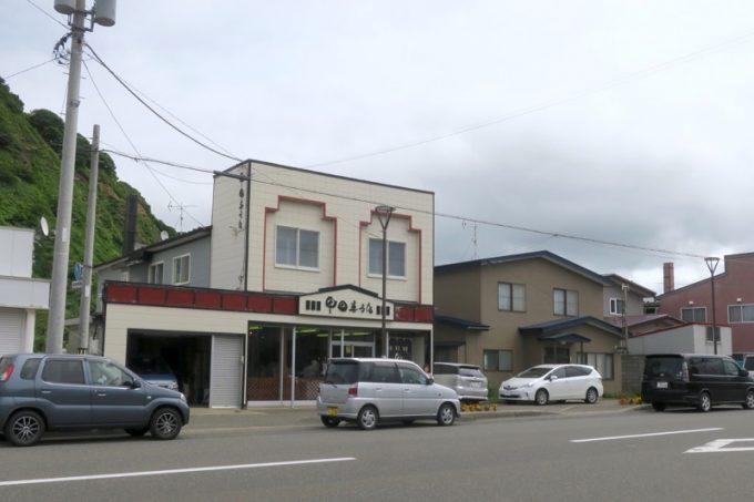 せたな町にある「甲田菓子店」の外観。