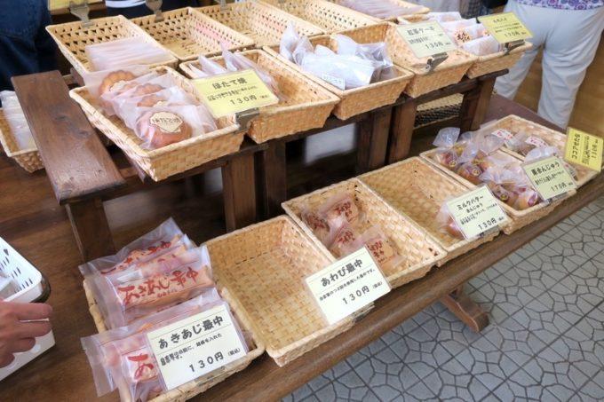 「甲田菓子店」にはあわび最中やあきあじ最中、ほたて焼きなどの和菓子がある。