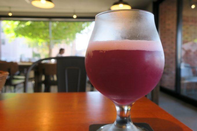 2杯目、ニセコビールのロゼ撫子(M、550円)。