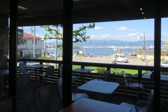 テラス席からは、函館湾を眺めることができる。