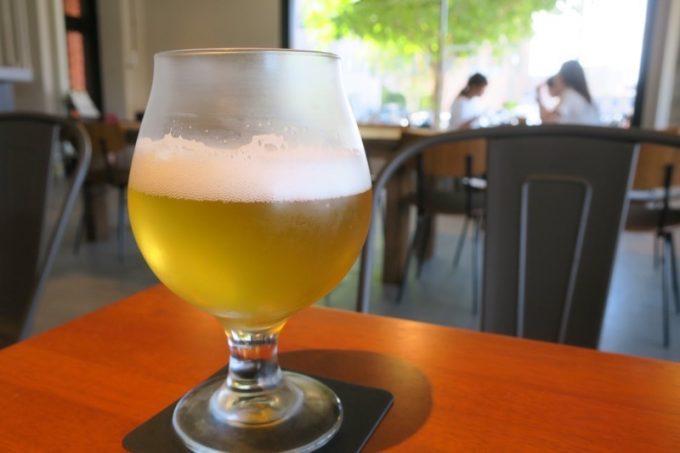1杯目、ニセコビールのピルスナー「山吹」(M、550円)をいただいた。