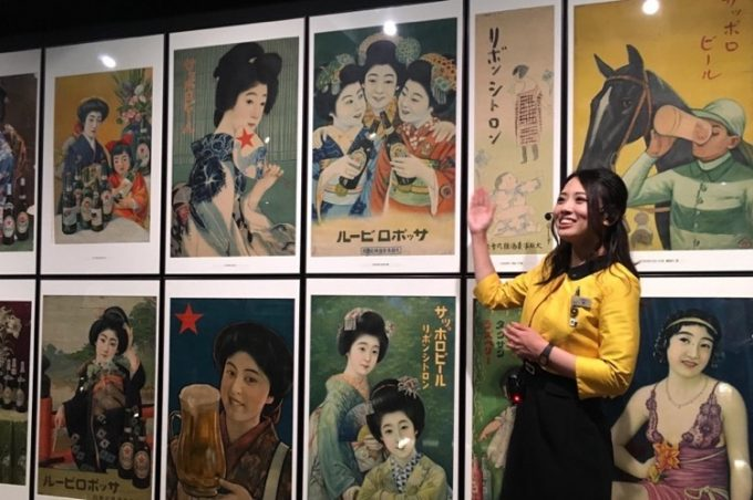 明治時代の美人画ポスターが並ぶ。
