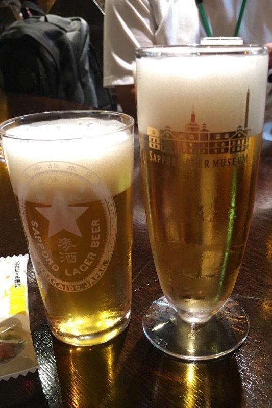 プレミアムツアー参加者だけが飲める復刻札幌製麦酒と、サッポロ黒ラベル。