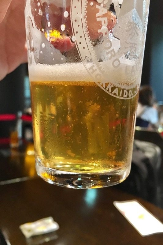 復刻札幌製麦酒は完全に濾過されていないため、うっすらと濁っている。