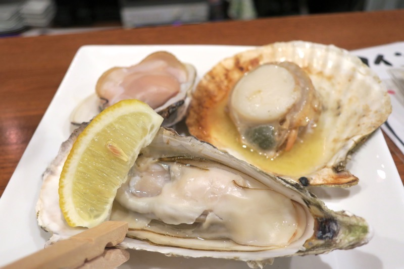 「Shell bar きさらぎ」の3種焼き(はまぐり、かき、ほたて、800円)