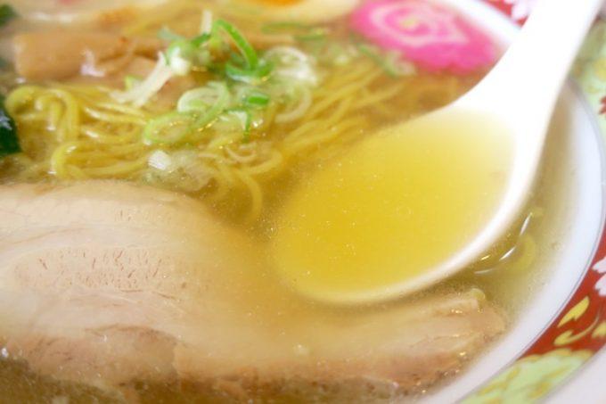 透き通った黄金色のスープは、まろやかな塩気。