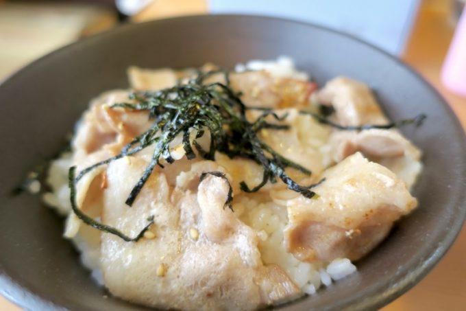 セットの豚バラ丼は、薄切りの豚バラをにんにくと塩で炒めたものが乗せられている。