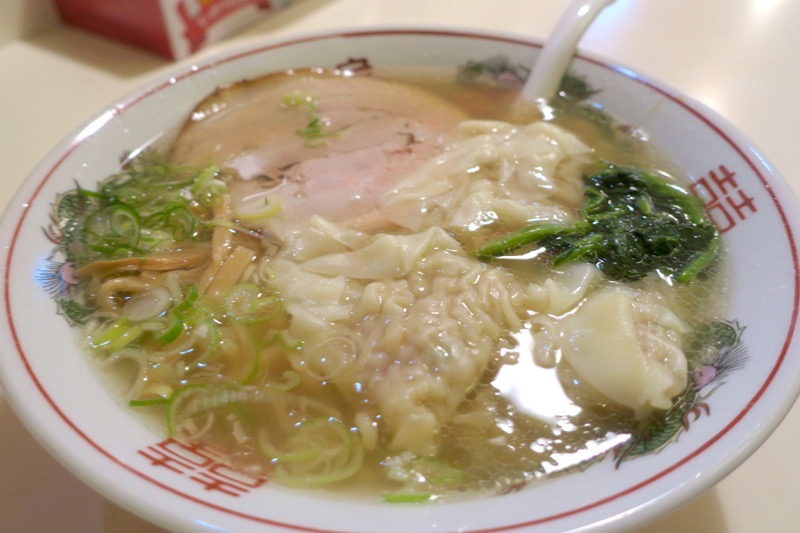 「ラーメン専門しお家」の塩ワンタンメン(910円)を手延平麺(+80円)に変更。
