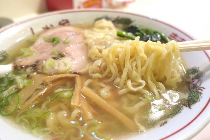 手延平麺(+80円)多加水のプリプリ食感が楽しめる。