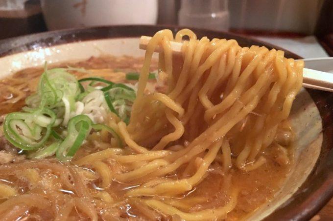 中太の縮れ卵麺が味噌スープを絡めて口の中にやってくる。