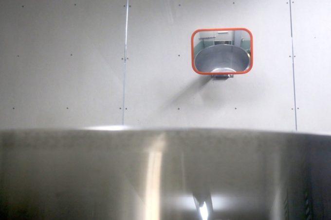 発酵タンクの中は、壁につけられた鏡を使って確認する。