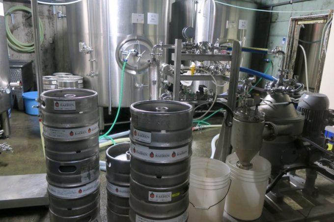遠心分離機を使って酵母を取り除きながら、ビールをタンクに詰める。