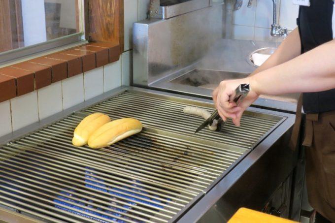 注文が入ってからパン屋ソーセージを焼きはじめる。