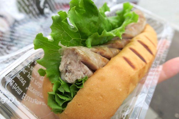 レイモンハウス元町店でしか食べられないチューリンガードッグは、豚肉の食感を楽しむ焼きソーセージ。