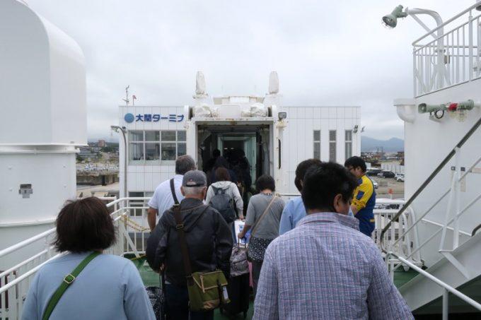 大間にはボーディングブリッジを使って下船した。