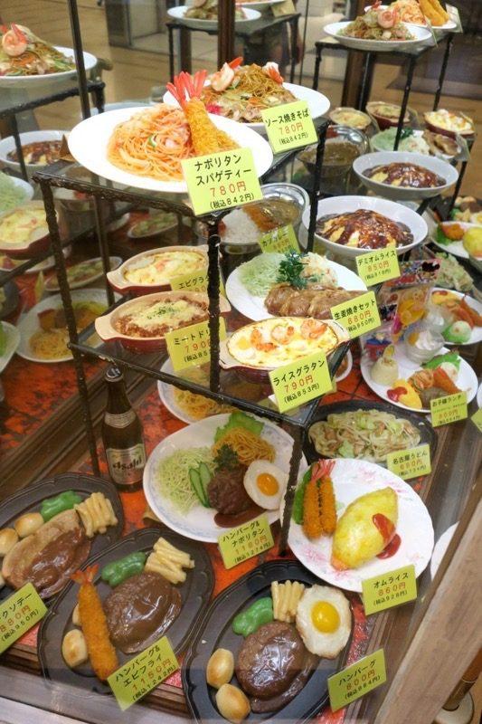 パーラーフタバヤは店内で食事をとることもできる。