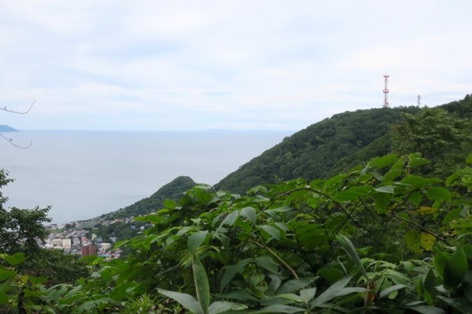 旧登山道の途中に見えた、立待岬方面の風景。