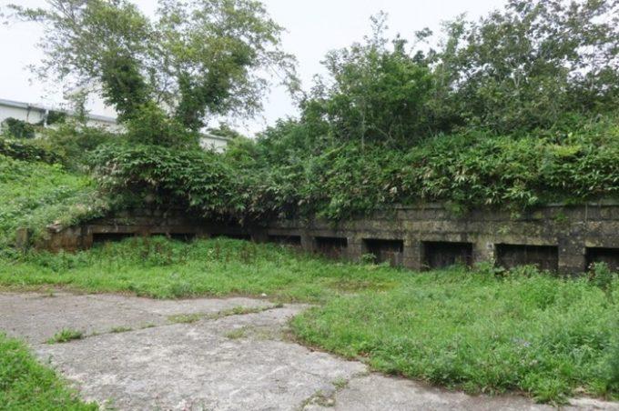 函館山の千畳敷第一砲台が現れた。当時は28センチ榴弾砲があった丸い砲座跡に、青々とした草が生えている。