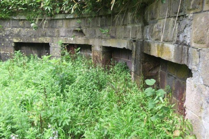 砲座の周りにある壁。函館山の下から砲座が見えないようになっていた。