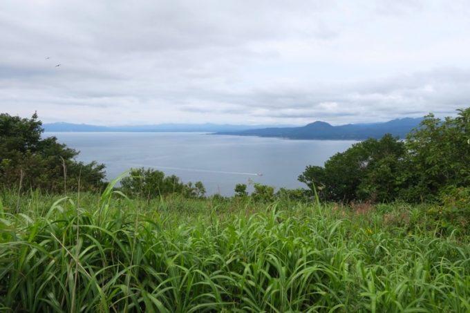 千畳敷から北斗市・松前町方面を眺める。