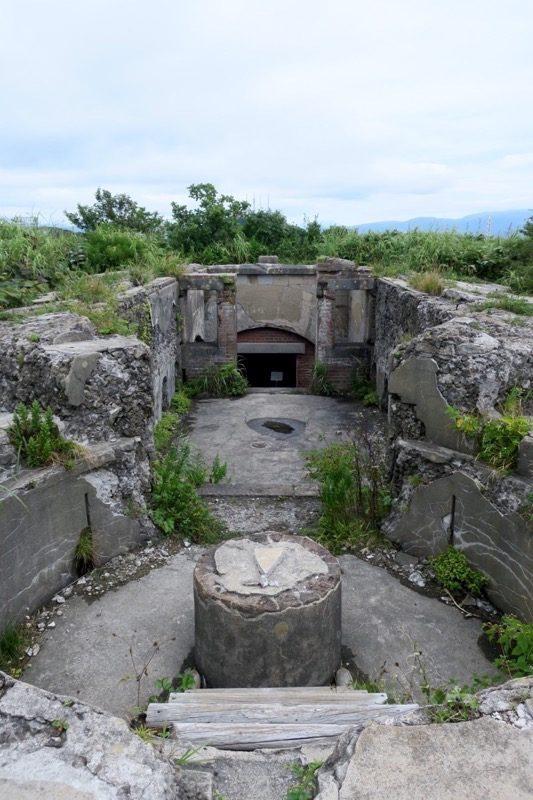 長年の雨風に劣化している千畳敷戦闘指令所。丸い部分は観測座だった。