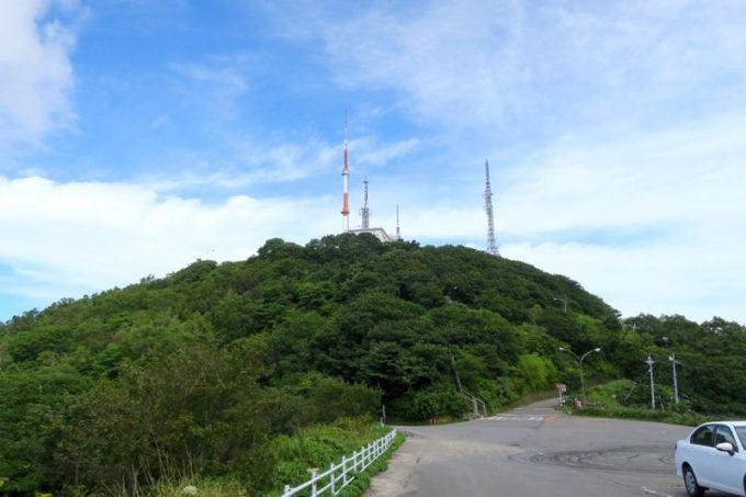 函館山のつつじ山駐車場から山頂を眺める。