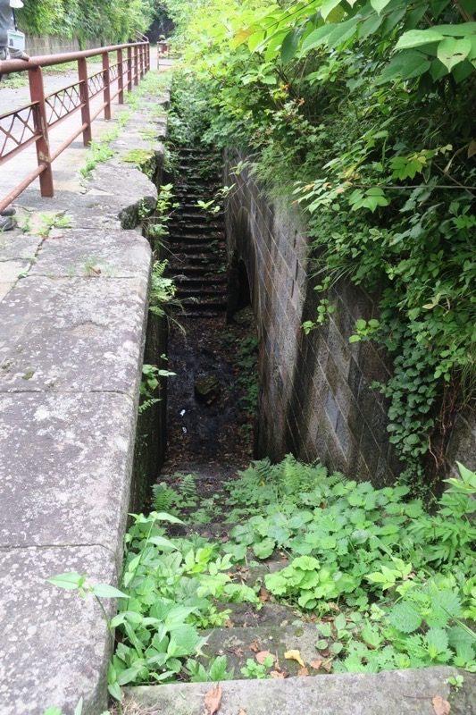 砲側庫へ降りる階段。現在は立ち入りが禁止されている。